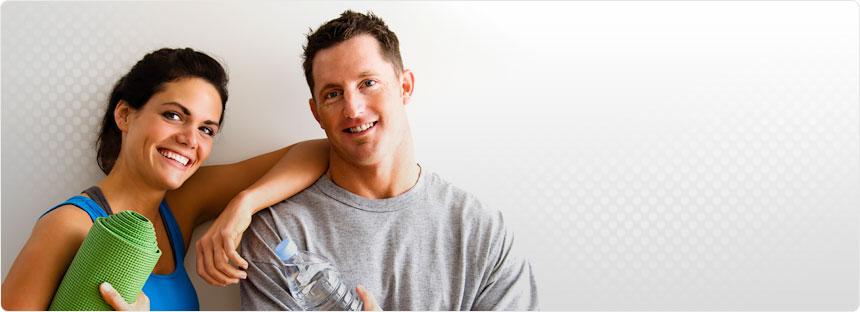 Sportlerin mit Isomatte und Sportler mit einer Wasserflasche